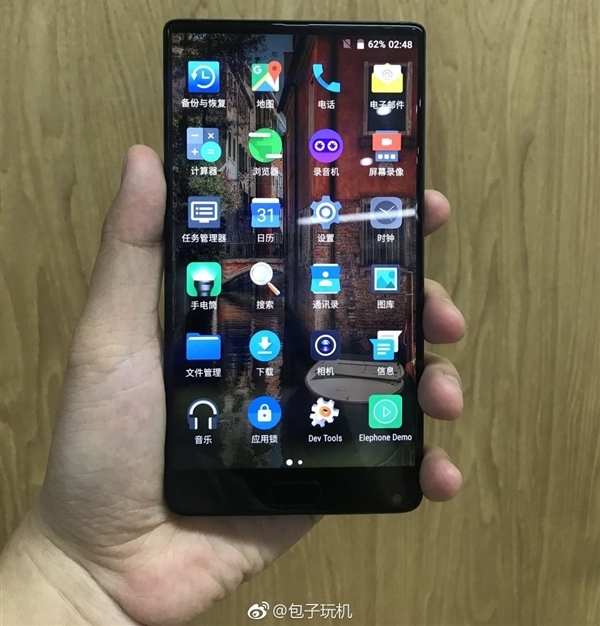 Безрамочный Elephone S8 показан на фотографиях