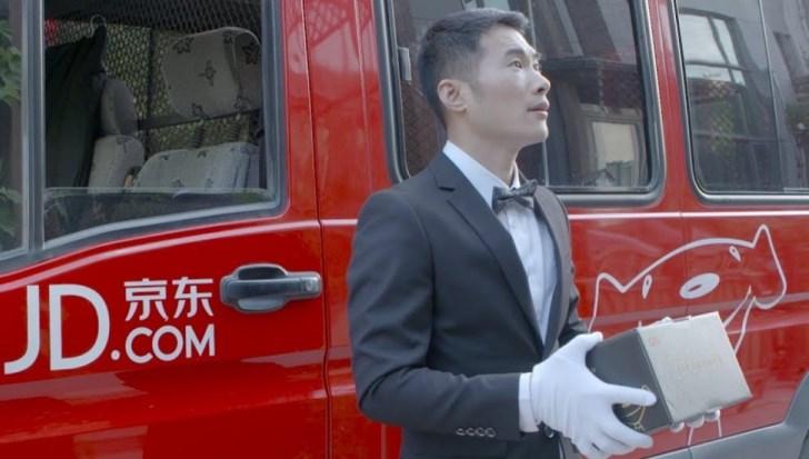 Курьеры в белых перчатках: JD борется с Alibaba за кошельки богатых клиентов