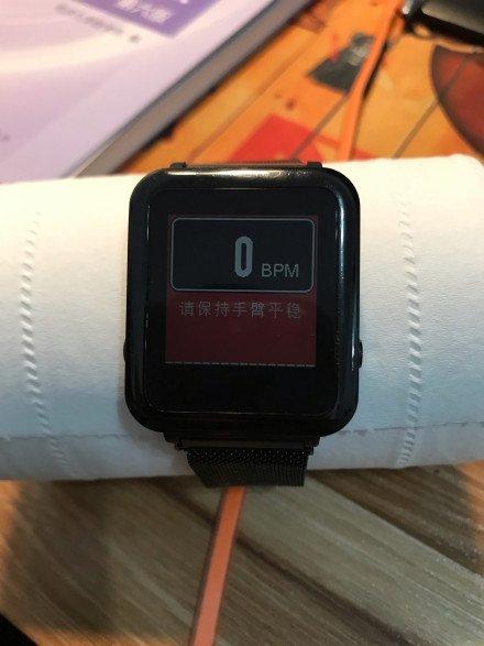 Фитнес-браслет Xiaomi Mi Band 3 нашел пульс у бумажной салфетки